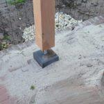 Houten paal van de grond